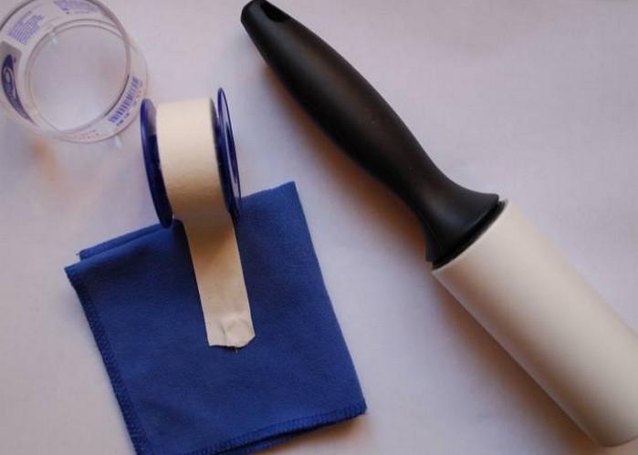 лейкопластырем чистят одежду