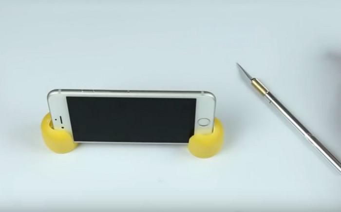 подставка для смартфона из киндера