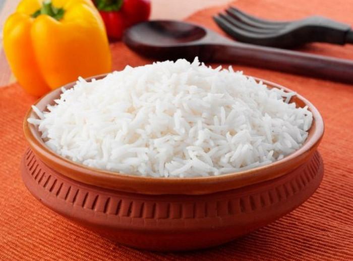 отваренный белый рис в чашке