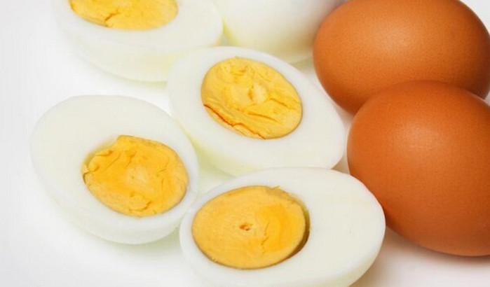 разрезанное отварное яйцо