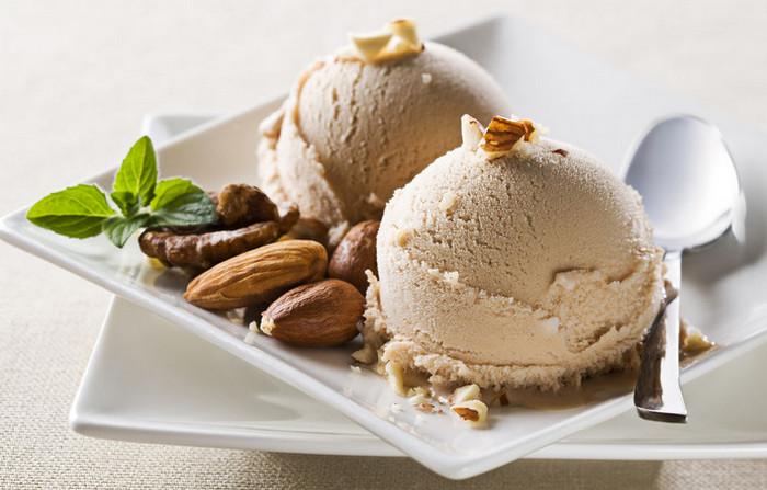 мороженое на тарелке