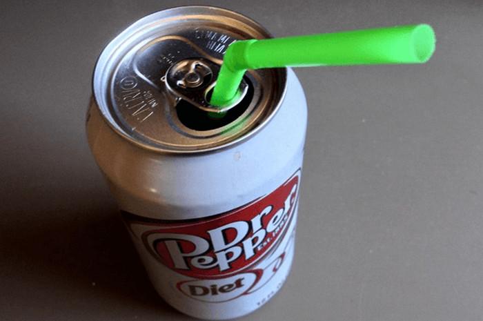 трубочка в жестяной банке с напитком