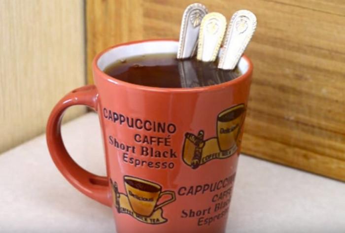 чашка с чаем и тремя ложками в ней