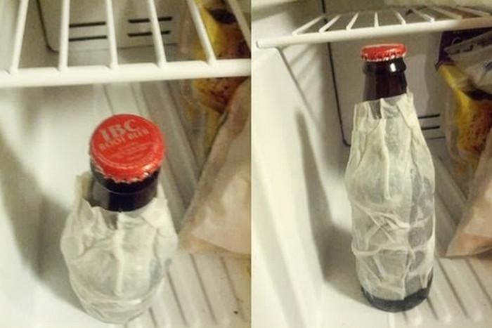 обернутая влажным полотенцем бутылка в морозильнике