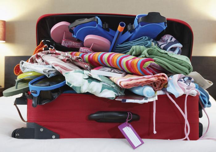 гора вещей в чемодане