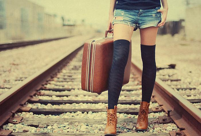 девушка с чемоданом в руке