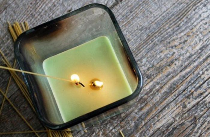 зажигают свечу зажженной макарониной