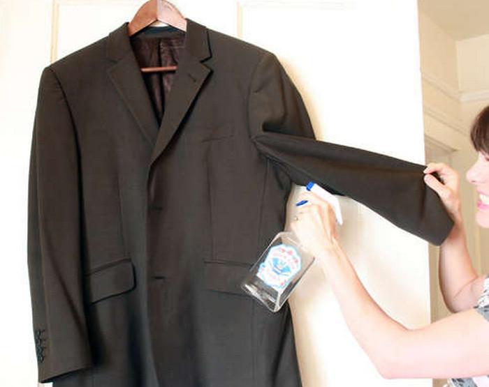 девушка обрабатывает одежду водкой из пульверизатора