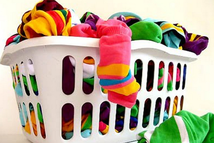 цветные вещи в корзине для стирки