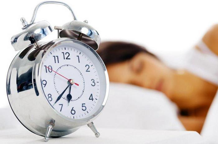 будильник возле кровати