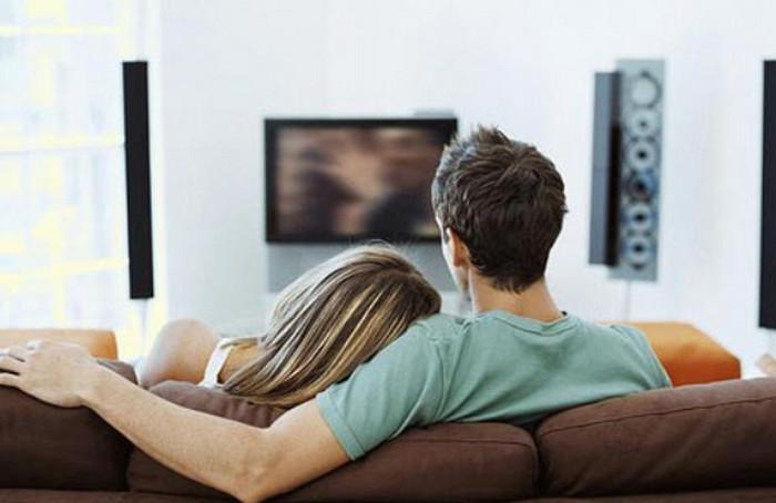 мужчина и женщина смотрят кино