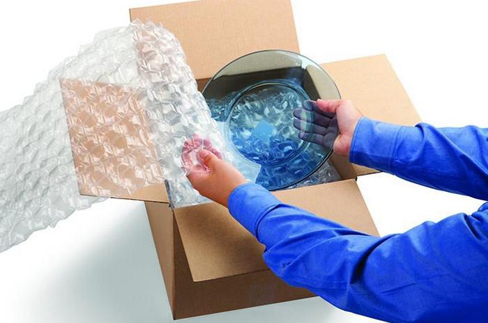 упаковывают посуду в пупырчатую пленку
