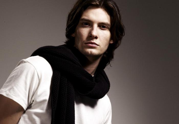 мужчина в белой майке и черном шарфе