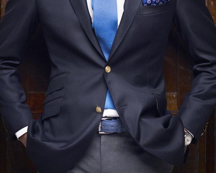 пиджак с расстегнутой нижней пуговицей