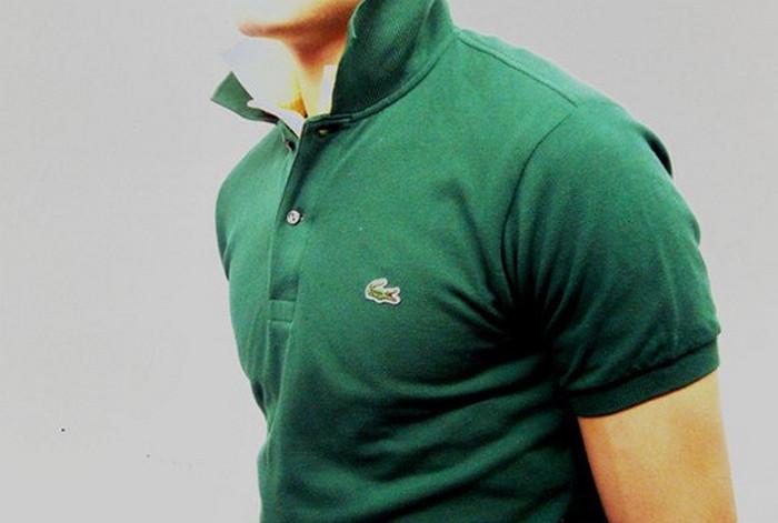 мужчина в рубашке-поло с поднятым воротником