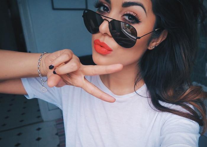девушка в солнцезащитных очках и с яркой помадой на губах
