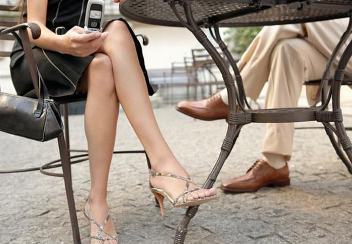 ноги сидящих за столом людей