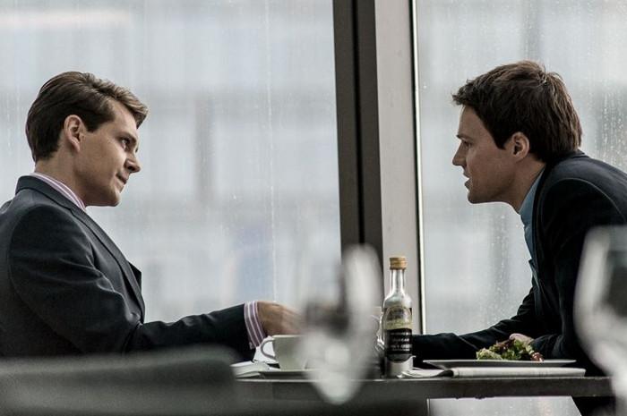 один мужчина говорит, второй слушает