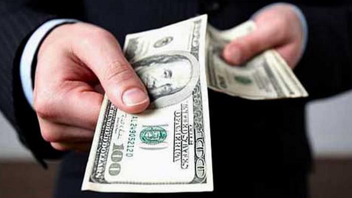 человек с деньгами в руках