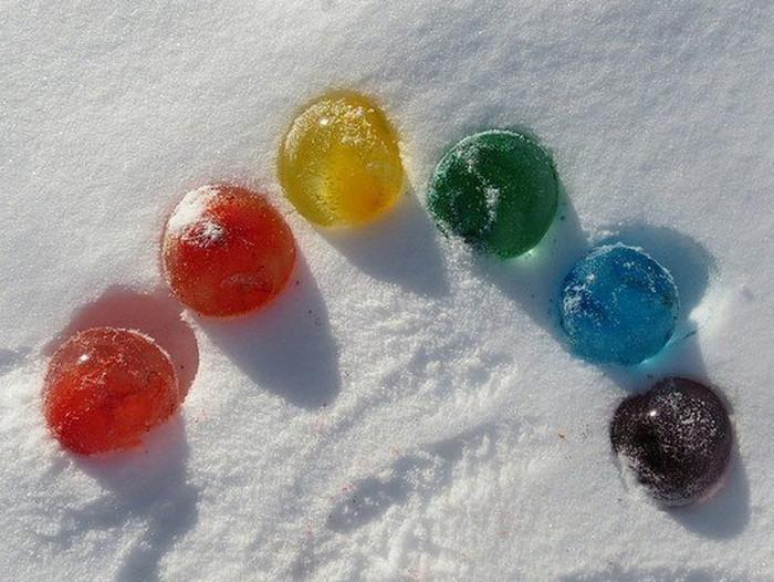 цветные ледяные шарики на снегу