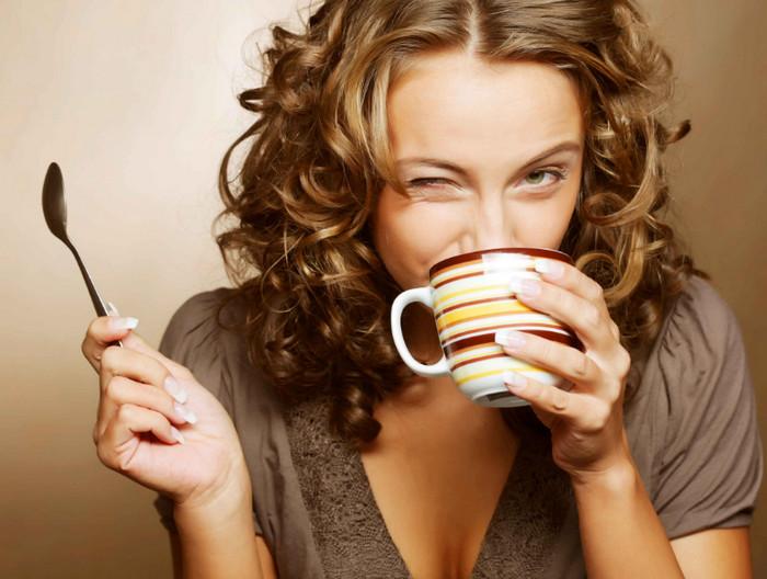 девушка пьет из кружки