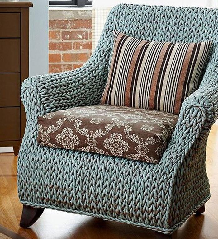 кресло в вязаном чехле