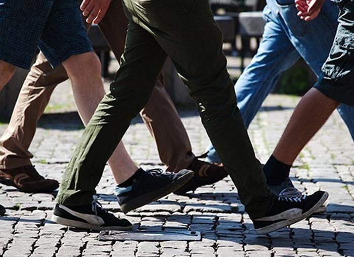 ноги идущих людей