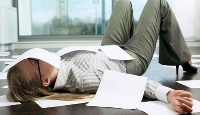 человек лежит на полу и отдыхает