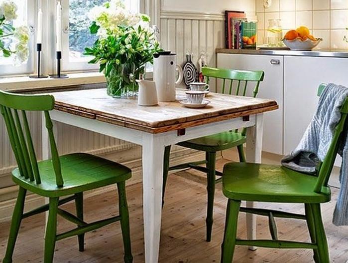 покрашенные стулья на кухне