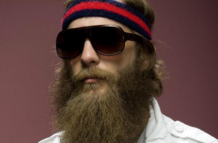 крутой бородач в очках