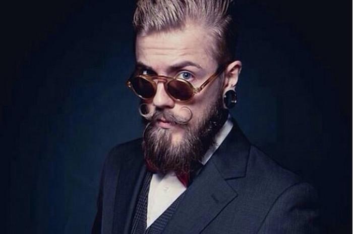 закрученные усы у бородача