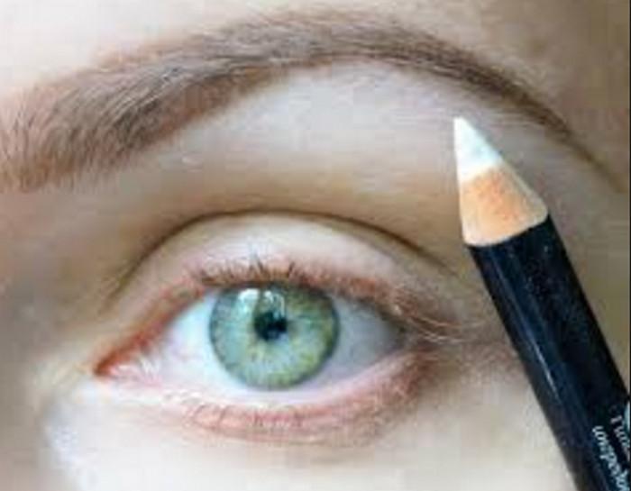 белый косметический карандаш