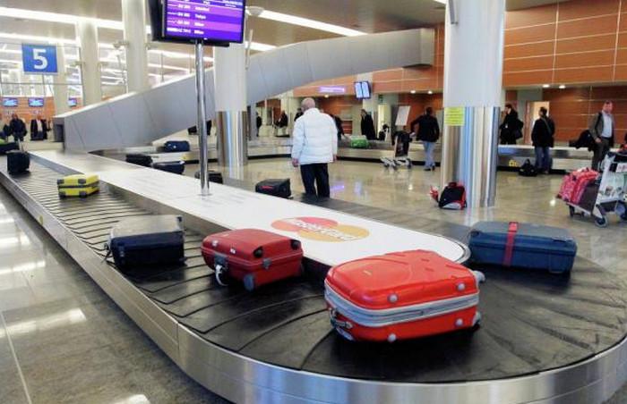 багаж на ленте транспортера