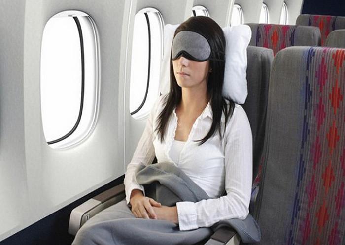 девушка в пледе в самолете