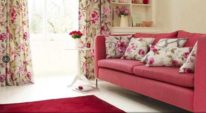 цветастые шторы и наволочки на подушках