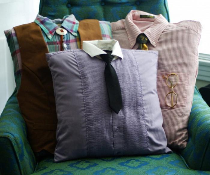 подушка в наволочке из рубашки