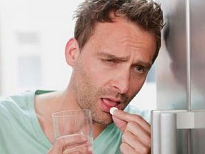 мужчина пьет аспирин