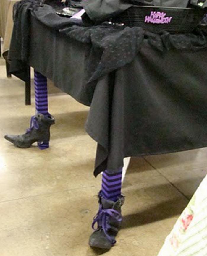 стол с черной скатертью и в башмачках на ножках
