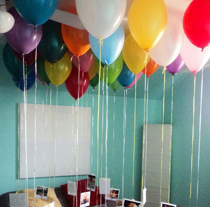 шары с гелием у потолка