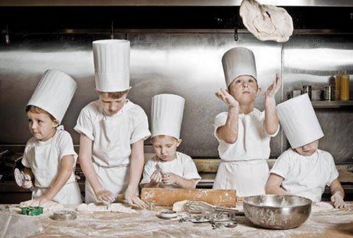 малыши готовят еду