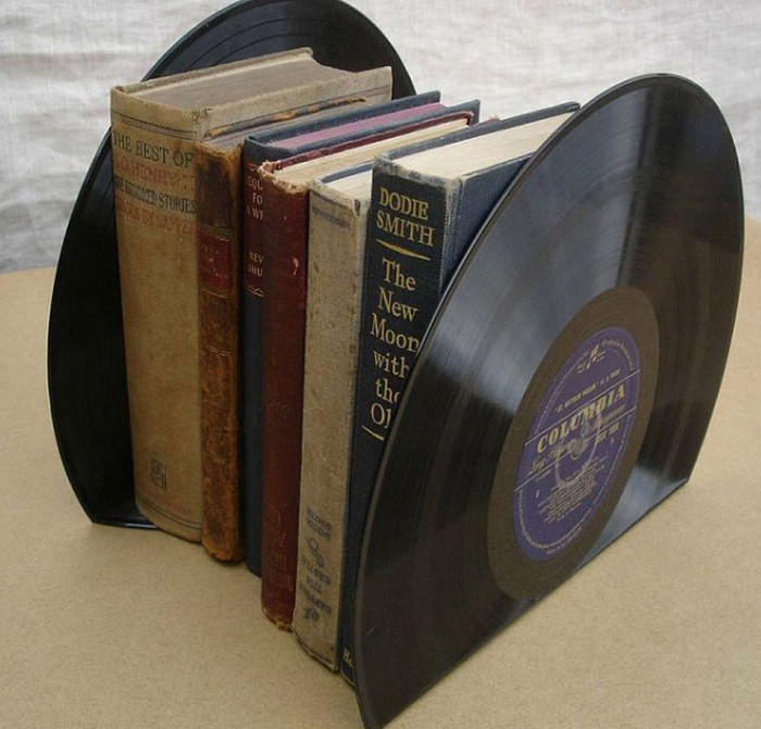 подставка для книг из пластинок