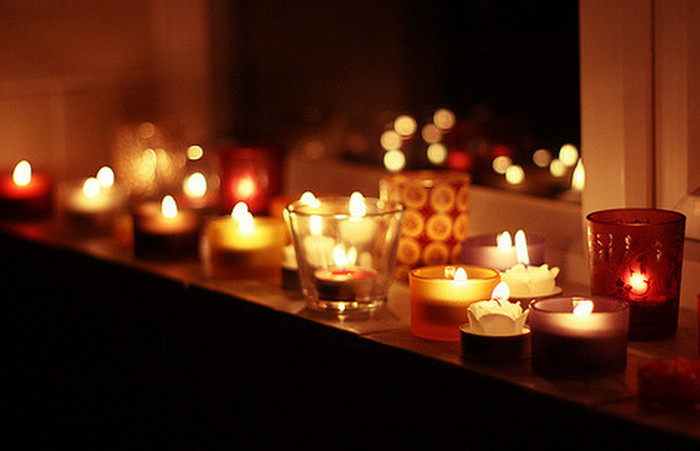 много свечей на подоконнике