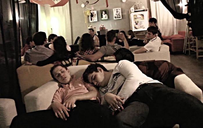спящие на домашней вечеринке люди