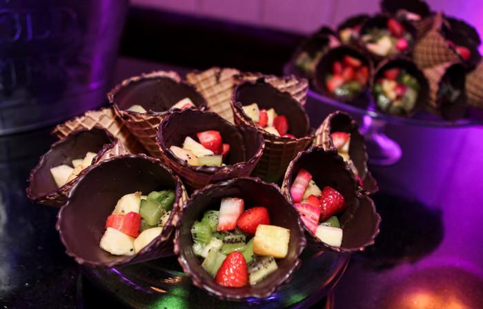 фрукты и ягоды в вафельном рожке