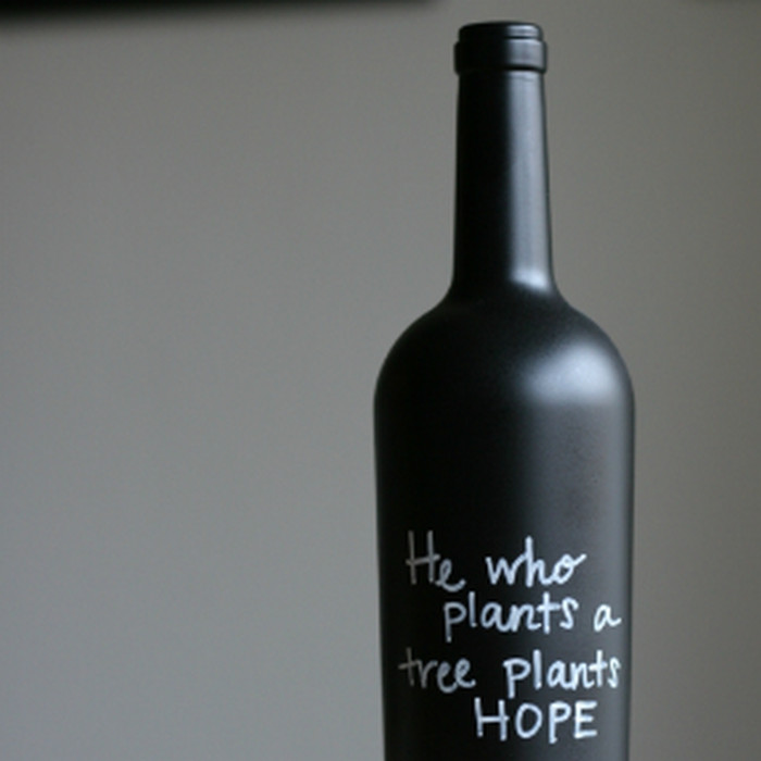 надпись маркером на бутылке