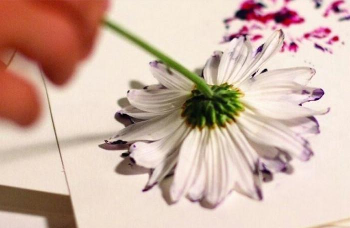 рисует вместо кистей живыми цветами
