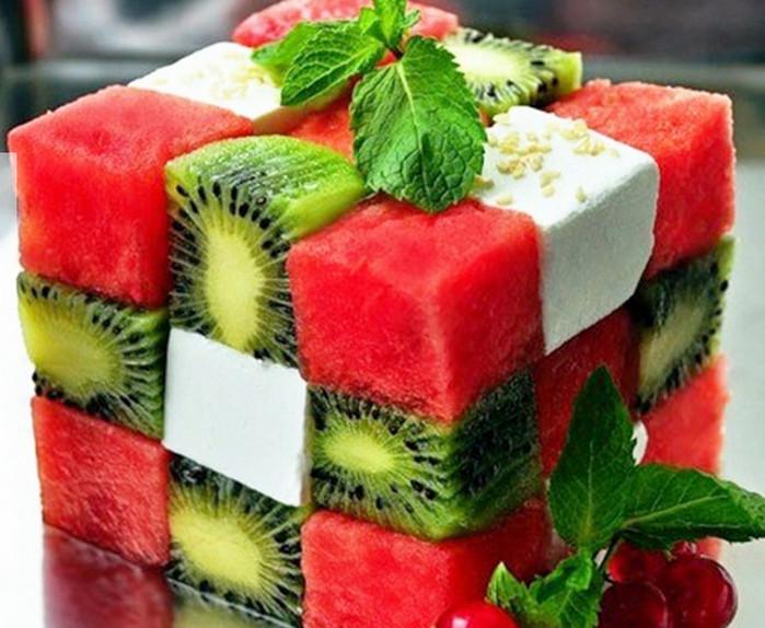 фруктовый салат в форме кубика-рубика