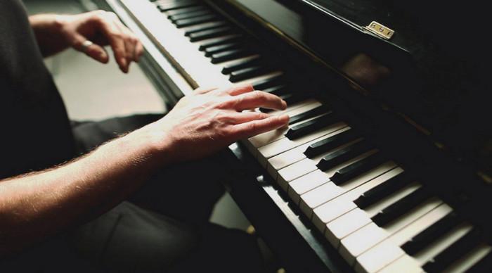 мужчина играет на рояле