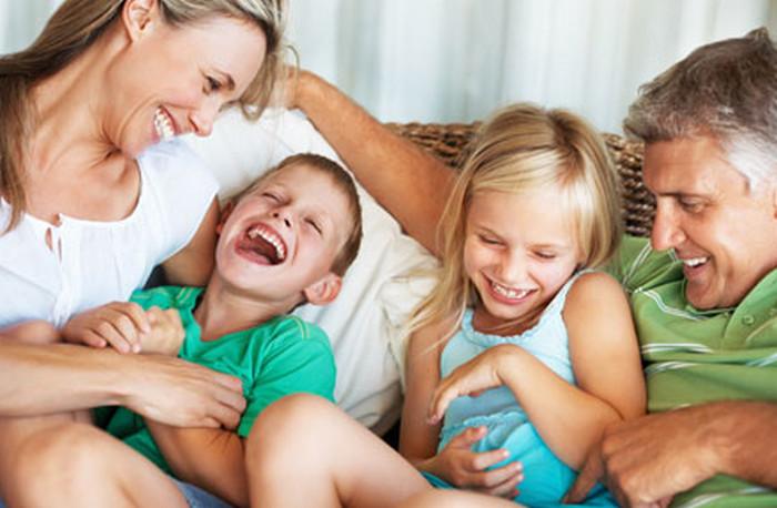 семья смеется