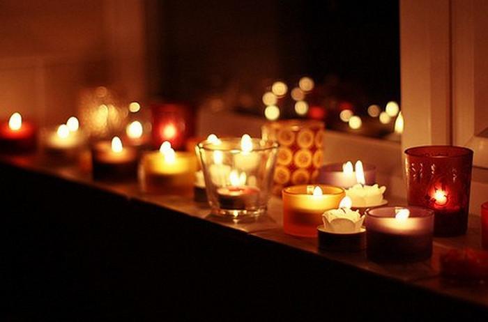 зажженные в комнате свечи